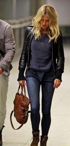 Sienna Miller deri ceketinin altına düz bir kazak tercih etmiş
