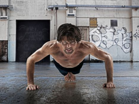 Düzenli olarak spor yapıyorsa…  Bir erkeğin yatakta dayanıklı olup olmadığını merak ediyorsanız, önce fit olup olmadığına bakmalısınız. Ayrıca vücut yapısı da ona artı puan kazandırıyor. Nobel ödüllü genetikçi James Watson'un fazla kilolu insanların yatakta iyi olduğunu söylemesi ise son derece ilginç. Neden mi?  Çünkü toplu insanlar, vücudun endorfin salgılamasını sağlayan MSH hormonuna yüksek oranda sahipler. Bu da onların performansını artırıyor.