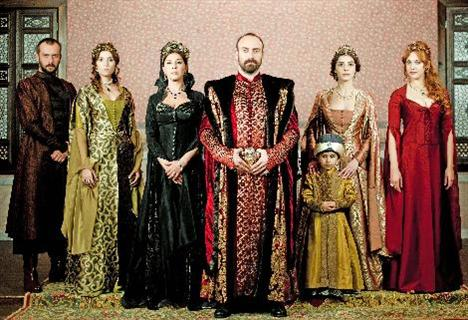 """Milyonlarca seyirci dizinin fragmanlarından yola çıkarak """"Muhteşem Yüzyıl, Kanuni Sultan Süleyman'ı içki içen bir padişah olarak gösteriyor, hayatının sadece cinsellikten ibaret olduğu fikrini ekranlara taşıyor"""" diyerek RTÜK'ü şikayet yağmuruna tuttu."""