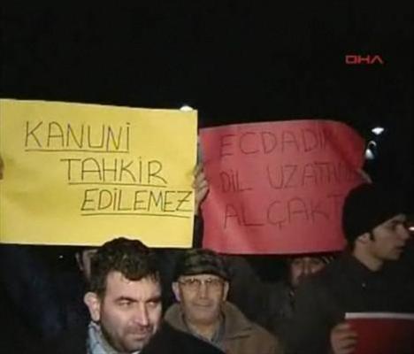 """Halit Ergenç'in oynadığı """"Muhteşem Yüzyıl"""" dizisinde Kanuni Sultan Süleyman'ın şehvet düşkünü gösterildiğini anlatan Karacan, """"Harem bir genelev gibi, Osmanlı padişahı da şehvet düşkünü gösteriliyor."""