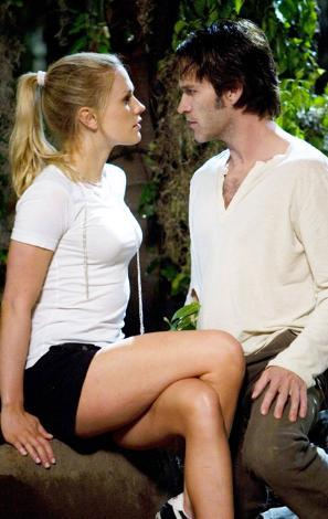 PAQUIN VE NİŞANLISININ CÜRETKAR SAHNELERİ ÇOK KONUŞULDU   ABD'de en çok izlenen TV şovlarından biri olan True Blood'ın geçen sezon bölümlerine Anna Paquin ile o dönemde nişanlı olduğu Stephen Moyer'ın ateşli sahneleri damgasını vurdu.