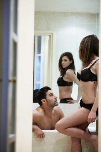 Kova erkeklerini baştan çıkaran seks oyunu:  Kova erkeğine teslim olun!  Kova erkeğini baştan çıkartabilmek için, yatağınızın karşısına bir ayna koyarak sizi izlemesini sağlayın ve kendinizi ona teslim edin.
