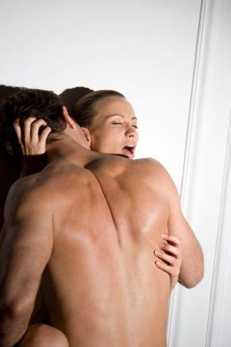 İkizler erkeğini baştan çıkaran seks oyunu:  İkizler erkeği yönetmeyi sever!  İkizler erkeği sekste,  yönetmekten büyük haz duyar. Ellerinizi duvara yaslayıp öne doğru eğildikten sonra kontrolü ona bırakın. Onun için, dünyada sizden ve kendisinden başka kimse yoktur.