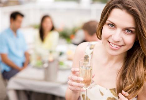 Boyun bükmek flört işaretidir. Genellikle kadınlar daha çekici görünmek istediklerinde yapar.