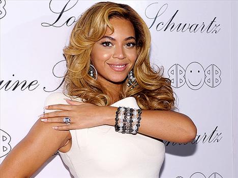 Beyonce'nin pırlantaları Beyonce'nin 5 milyon dolarlık nişan yüzüğü ünlü tasarımcı Lorraine Schwartz'e ait, artık çıkan haberlerden bunu hepimiz biliyoruz. Güzel yıldız buna bir de yine  Lorraine Schwartz tasarımı 1 milyon dolar değerinde siyah ve beyaz pırlantalardan oluşan bir bileklik eklemiş.