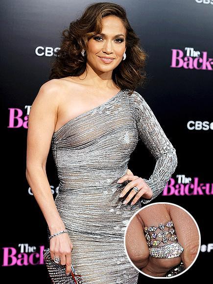 Jennifer Lopez'in Cartier yüzüğü Jennifer Lopez The Back-Up Plan filminin galasında giydiği parıltılı elbisesini 160.000 dolar değerindeki Cartier elmaslarla süslü muhteşem yüzüğüyle tamamlamıştı.