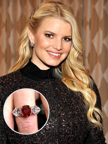 Jessica Simpson'ın nişan yüzüğü Simpson'ın pırlantalar ve yakuttan oluşan Nail Lane tasarımı nişan yüzüğü de oldukça popüler.