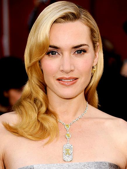 Kate Winslet'ın Tiffany & Co. Kolyesi En iyi kadın oyuncu ödülünü aldığı Oscar töreninde Kate Winslet güzelliğiyle herkesi büyülemişti. Ama bunda elbette ki Tiffany & Co. Kolyesinin de etkisi var.