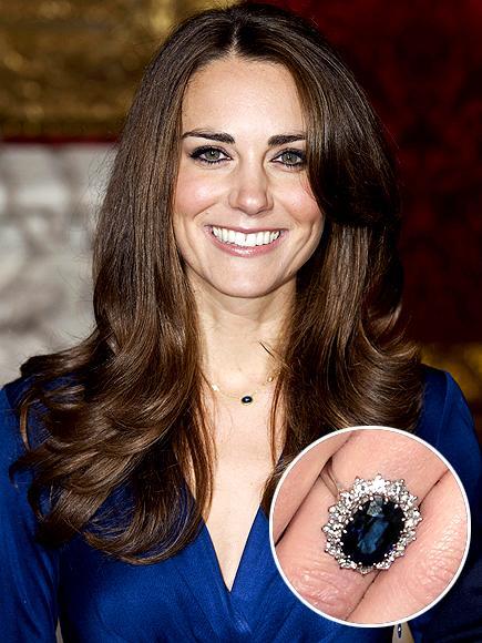 Kate Middleton'ın nişan yüzüğü Tüm dünyanın en çok ilgilisini çeken yüzük bu olsa gerek. Çünkü mavi safir ve beyaz elmaslardan oluşan bu harika yüzüğü daha önce Prenses Diana takmıştı.