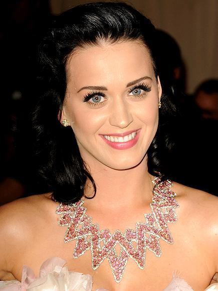 Katy Perry ve Lorraine Schwartz gerdanlığı Perry'nin MET galasında giydiği florasanlı elbise tek başına da oldukça dikkat çekiciydi. Fakat Katy Perry'nin Lorraine Schwartz gerdanlığı yine de sahne ışıklarından nasibini almayı başardı.