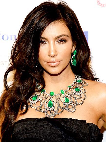 Kim Kardashian'ın Lorraine Schwartz takımı Bu mücevherlere bakıp da imrenmemek mümkün mü. Tamamı Lorraine Schwartz tasarımı olan zümrüt kolye ve küpeler büyük ve dikkat çekici. Aynı zamanda da çok şık.