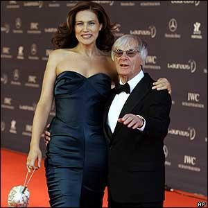 Sonuç olarak, birkaç yaş büyük olanlar bile daha yaşlı görünebiliyorlar.   Kendisinden 50 yaş küçük sevgilisiyle konuşulan 80 yaşındaki Bernie Ecclestone.