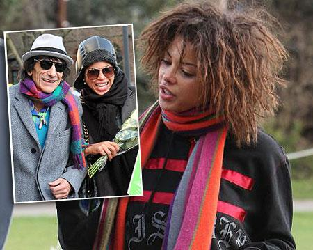 32 yaş küçük sevgilisi Ana Araujo ile adından söz ettiren 62 yaşındaki Ronnie Wood.