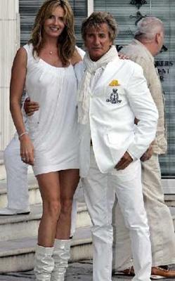 Genç eşle evlenmekten vazgeçmeyen ünlülerden biri de Rod Stewart.