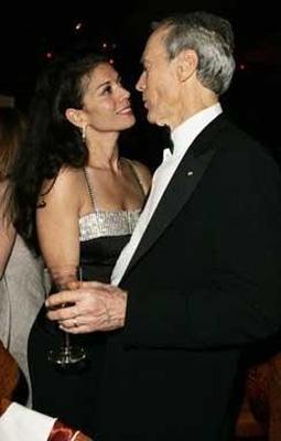 Sinemanın eski tüfeklerinden Clint Eastwoodr ile şimdiki eşi arasında da büyük yaş farkı var