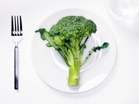 Brokoli: Küçük bir ağacı andıran brokoli, tam bir vitamin deposu. Vücudun mineral ve demir eksikliğini gideren brokoli, yüksek lif oranı sayesinde kemik erimesine karşı da koruyor. Brokoli ayrıca gırtlak, yemek borusu, prostat ve meme kanserinin önleyicileri arasında yer alıyor.