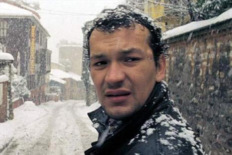 """MEHMET ALİ TOPRAK  Ünlü yönetmen Nuri Bilge Ceylan'ın yeğeni olan Mehmet Ali Toprak, onun ödüllü filmlerinde de oynamıştı.   1974 Çanakkale doğumlu olan Toprak, Kasaba, Mayıs Sıkıntısı ve Uzak'ın başrol oyuncusuydu.   Uzak filmindeki performansıyla Antalya Film Festivali'nde """"En İyi Yardımcı Erkek Oyuncu"""" ödülünü kazandı.   Yine aynı filmdeki rolü ona filmin diğer oyuncusu Muzaffer Özdemir ile birlikte en iyi erkek oyuncu ödülünü kazandırdı."""