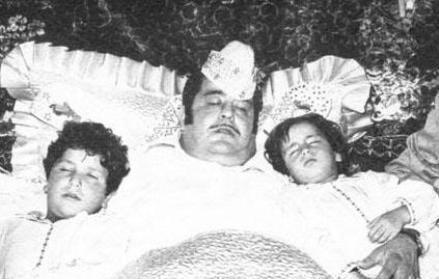İki oğlu Gürdal ve Erdal da daha sonra onun izinden gidip oyuncu olacaktı.   Küçük oğlu Gürdal da genç yaşta hayatını kaybetti. Necdet Tosun 1975 yılında bir iş için gittiği Almanya'da trafik kazası geçirdi.   Daha sonra İstanbul'a getirildi. Ama 13 gün sonra 10 Mayıs 1975'te son nefesini verdi. Tosun öldüğünde 49 yaşındaydı.