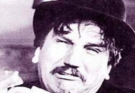 AHMET TARIK TEKÇE  Yeşilçam'ın Galatasaray Lisesi mezunu oyuncularından Ahmet Tarık Tekçe, Denizyolları'nın Camialtı Atölyesi'nde ve Haliç Feneri Nüfus Memurluğu'nda çalışmıştı.   Daha sonra Pandispanya adlı bir mizah dergisi de çıkaran Tekçe, döneminin en başarılı erkek oyuncularından biriydi.   Trafik kazasında ölmekten çok korkan Tekçe, 1964'te 44 yaşındayken bir trafik kazasında yaşamını yitirdi.
