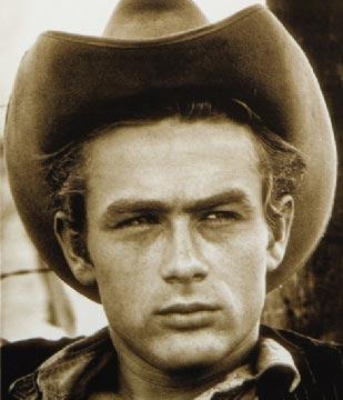 James Dean, tam da bu söylemin hakkını verircesine hızlı yaşadı, genç öldü.   1955 yılında kendi kullandığı arabayla geçirdiği trafik kazasında öldüğünde henüz 24 yaşındaydı.   Ölümünden bu yana yarım asırdan fazla bir süre geçti ama o hala bir efsane.