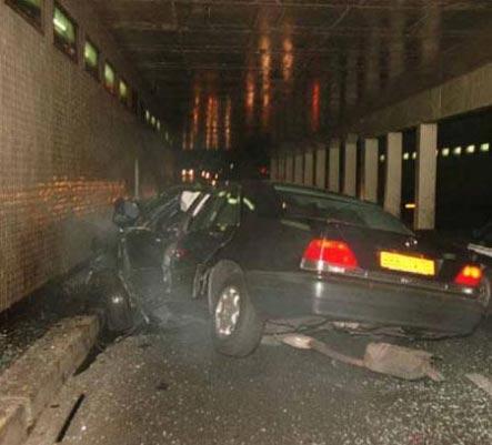 Diana bu araçtan yaralı çıkarıldı ama hastanede son nefesini verdi.  (Haberler.com)