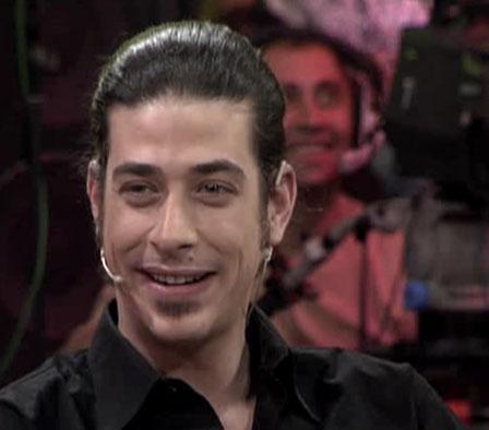 Şekerci'nin dizideki rol arkadaşı Alper Saldıran'ın da en çok dikkat çeken yanı mavi gözleri ve uzun saçlarıydı..
