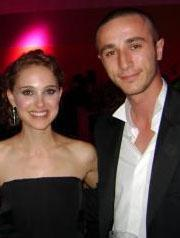Cannes Film Festivali devam ederken dizinin son bölümlerinin çekimi için Türkiye'ye döndü..   Sonra tekrar Cannes'a geri döndü... Ama saçları rolü gereği kısacık kesilmişti...   Hatta bu durum jürideki Natalie Portman'ın da dikkatini çekmişti. Bu konu o dönem basında yer almıştı.