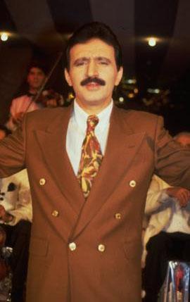 """""""Uzaylı türkücü"""" olarak tanınan Mustafa Topaloğlu, kariyerinin ilk yıllarında bıyıklı ve takım elbiseli klasik bir Türk erkeğiydi."""