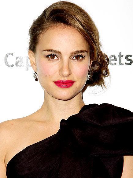 Black Swan filmiyle en iyi kadın oyuncu dalında ödüle aday olan güzel aktris Natalie Portman, hamileliğini yeni açıkladı. Bu sebepten dolayı da karnını gururla sergileyebileceği bir elbiseyi favori tasarımcıları Dior, Rodarte ya da Lanvin'den seçmesi mümkün.