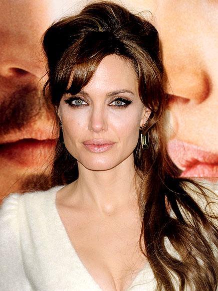 Gecenin adaylarından olan Angelina Jolie genelde siyah ya da beyaz gibi renkleri tercih ediyor. Ara sıra, nadiren de olsa kırmızı gibi iddialı renkler de giyiyor. Favori tasarımcıları da Versace, Ferragamo ve Michael Kors