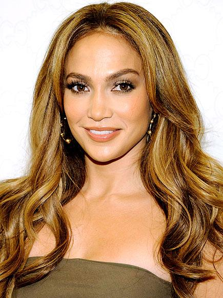 Gecenin sunucularından olan Jennifer Lopez, parıltıları, tüyleri ve dekolteyi seviyor. Ne de olsa bir diva için gösterişin fazlası olmaz değil mi?