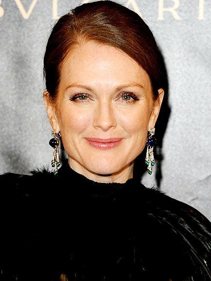 Güzel yıldız Julianne Moore genellikle Alexander McQueen, Giorgio Armani ve Lanvin tercih ediyor.