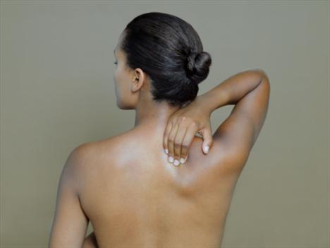Egzersiz yaparken duruşunun kusursuz olabilmesi çok önemli. Yanlış bir hareket seni doktora götürebilir!  Sırt Duruş: Göğsünü kaldırıp kürek kemiklerini birbirine yaklaştır.  Neden? Bükülmüş bir sırt ve omuzlar omurgana baskı yapabilir.