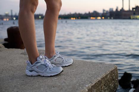 Topuklar Duruş: Squat yaparken kalçanı sanki alafranga tuvalete oturur gibi dışarı çıkar. Ayak parmakları ileri bakmalı. Ayaklarınla yere iyice bas. Neden? Kalçanı indirirken ayaklar yerden kalkarsa, vücut ağırlığı ayağın önüne baskı yapar. Bu da sırt, kalça, bilek ve dizlerin incinmesine sebep olur.