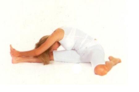 Trianga  Mukhalkapada Pasçimottanasana  •Nefes  alırken, sağ dizinizi  bükün.  Nefes verirken, sağ ayağınızı arkaya hareket ettirin. •Nefes alırken, sol ayağınızıher iki elinizle kavrayın.  •Nefes  verirken gövdenizi  sol dizinize doğru eğerek başınızı sol dizinize yaklaştırın.