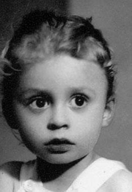 Haluk Bilginer'in bu çocukluk fotoğrafı kızı Nazlı'nın kendisine ne kadar benzediğini ortaya çıkardı.