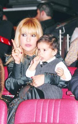 Gülben Ergen ile Mustafa Erdoğan'ın büyük oğlu Atlas hem annesine hem babasına benziyor.