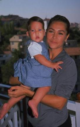 Hülya Avşar ile Kaya Çilingiroğlu'nun kızı Zehra annesinden çok babasına benziyor.