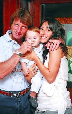 Kaya Çilingiroğlu'nun Feraye Tanyolaç'tan olan oğlu Kaya da hem annesine hem babasına benziyor.