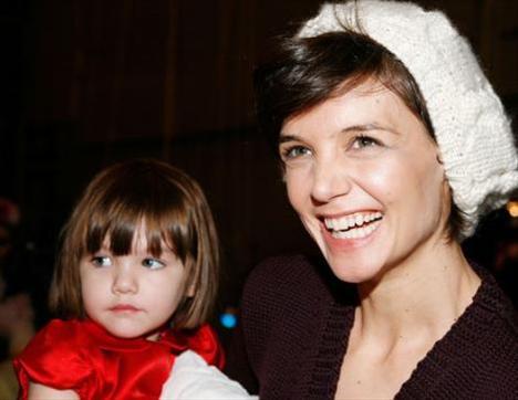 Ama annesi Katie Holmes'tan çok babası Tom Cruise'a benzerliği ağır basıyor.