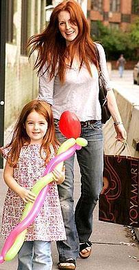 Julianne Moore kendisinden 10 yaş genç olan Bart Freundlich ile 2003 yılından bu yana evli ve çiftin iki çocuğu var.