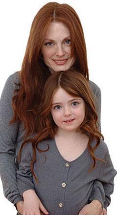 Çocukların her ikisi de saç ve göz renkleriyle Moore'a benziyor.