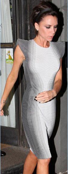 Eski şarkıcı yeni modacı Victoria Beckham, tasarladığı kıyafetleri kendisi giyerek tanıtıyor. Ünlüler dünyasının güzel kadınları da Beckham'ın tasarımlarını alıp giymekten geri durmuyorlar. Kısacası herkes Victoria Beckham'ı takip ediyor…