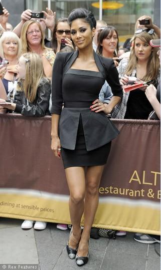 Blake Lively gibi Nicole Scherzinger'in üzerinde yine tıpa tıp aynısı olan peplum elbiseyi görüyoruz.