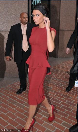 Victoria bu sefer kırmızı ve 2 parça görünen bir elbise tercih etmiş.