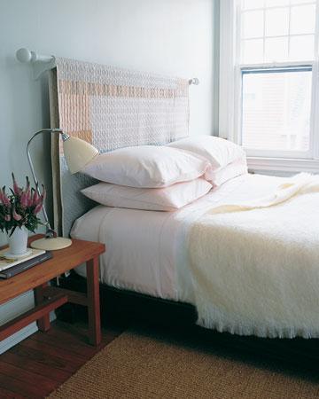 Gözünüze hoş görünmeyen yatak başlığını gizlemek için, üzerini bir perde ile örtebilirsiniz. Odanızın renklerine göre boyanmış bir rustik kornişi yatağınızın başına monte edin ve beğendiğiniz bir kumaşı perde gibi asın.