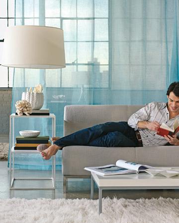 Eğer oturma odanızı ikiye ayırmak istiyorsanız, bunu şık bir tül perde yardımıyla yapabilirsiniz.