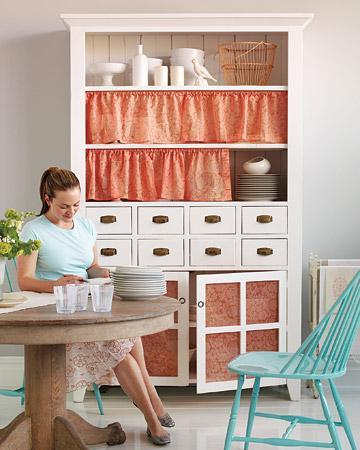 Dağınık göründüğünü düşündüğünüz mutfak dolaplarınızı küçük perdeler yardımıyla kapatabilirsiniz. Üstelik yapması çok kolay, yapmanız gereken tek şey, dolaplarınıza korniş takmak.
