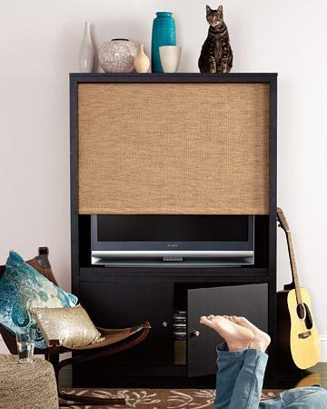Televizyon dolabınıza stor perde takarak, kullanmadığınızda yok olmasını sağlayabilirsiniz.