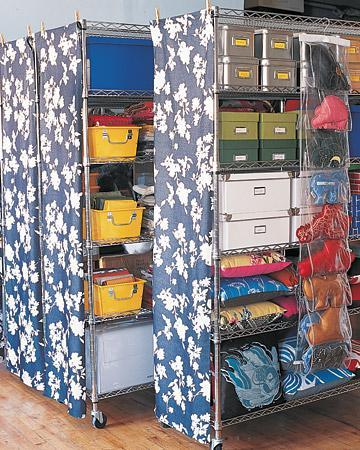 Evraklarınızı ve eşyalarınızı sakladığını rafları desenli kumaşlarla süsleyebilirsiniz.